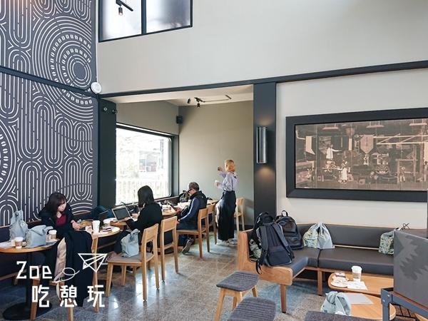 新竹景點/星巴克把新豐舊站改造成鐵路咖啡,與月台只有一個隔柵的距離