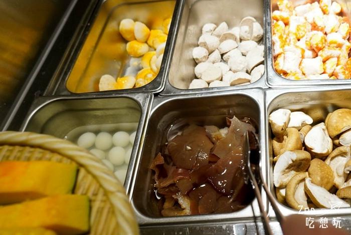 台北火鍋殿食記/冬天吃豬肚雞鍋,涮板腱牛、伊比利豬、香蕉蝦最好吃,外加蛤蜊滿到爆的卜卜鍋與釜飯讓你撐到炸肚
